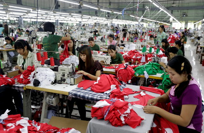 (140108) -- YANGON, Jan. 8, 2014 (Xinhua) -- People work at a ga
