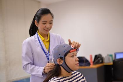 b2 - ม.มหิดล วิจัยกระตุ้นสมองด้วยไฟฟ้ากระแสตรงผ่านกะโหลกศีรษะผู้ป่วยโรคหลอดเลือดสมอง ช่วยฟื้นฟูการเคลื่อนไหวดีขึ้น - โลกวันนี้ - C'mon