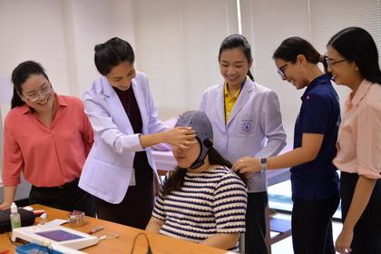 b4 - ม.มหิดล วิจัยกระตุ้นสมองด้วยไฟฟ้ากระแสตรงผ่านกะโหลกศีรษะผู้ป่วยโรคหลอดเลือดสมอง ช่วยฟื้นฟูการเคลื่อนไหวดีขึ้น - โลกวันนี้ - C'mon